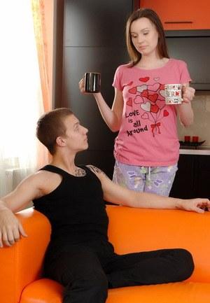 Парень любуется тем как его сперма вытекает из женской промежности