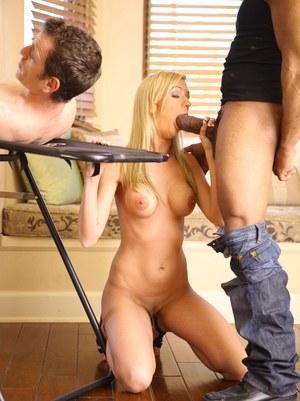 Удовлетворенная блондинка размазывает сперму по пизде