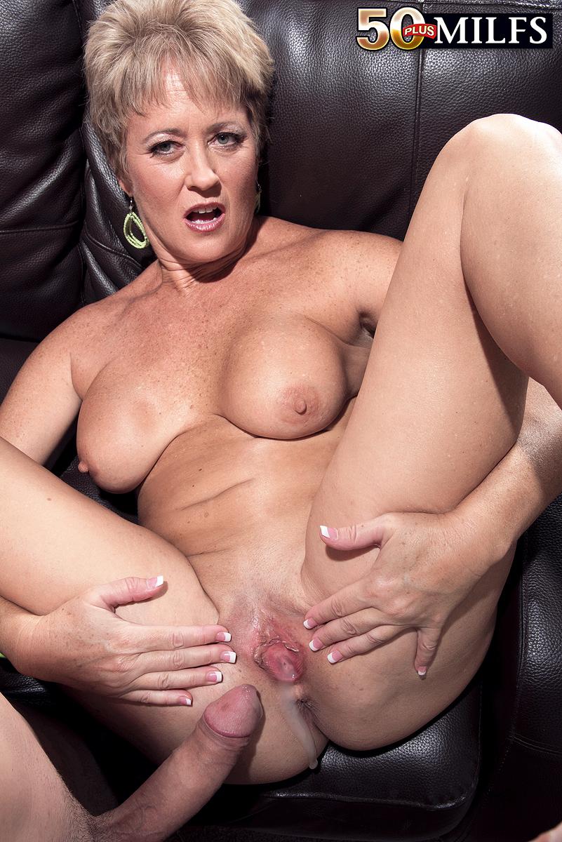 Кончил в киску зрелой мамочке в теле