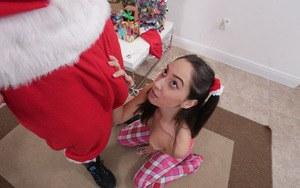 Любительница подарков дала СантаКлаусу кончить в пизду