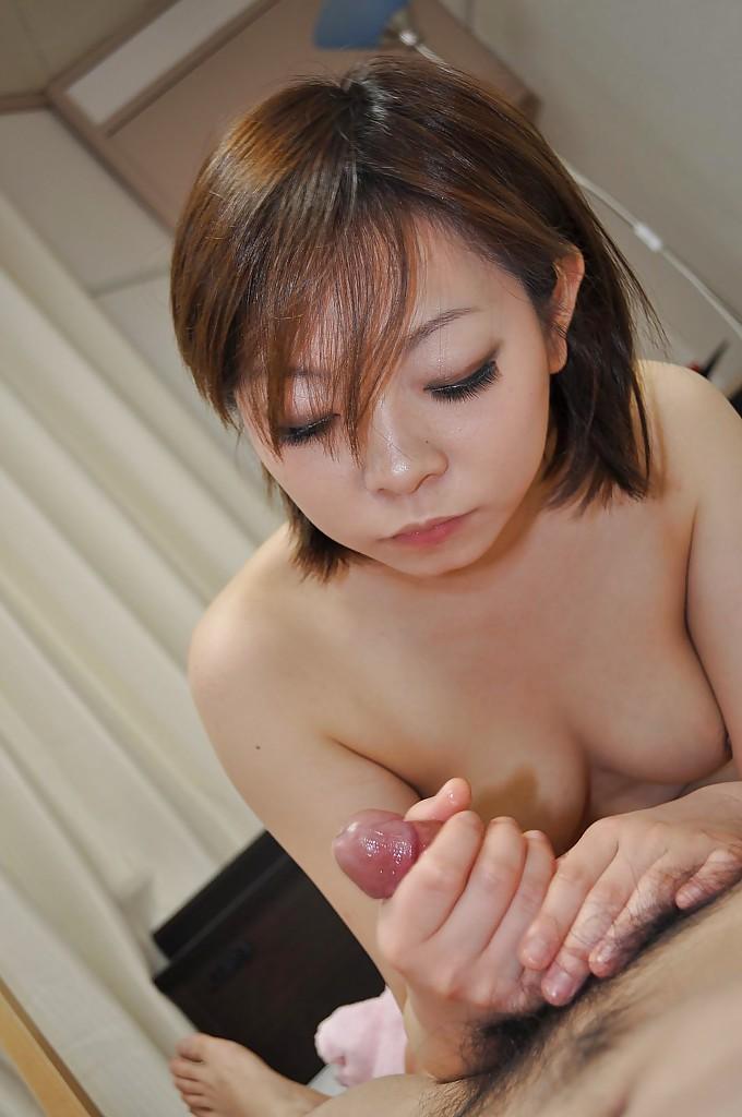 Удовлетворенная азиатка выдавливает сперму из мохнатой письки