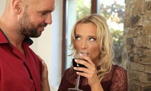 Пьяная блондинка разрешила наполнить пизденку спермой