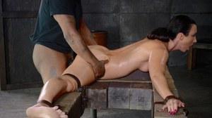 Мужики жестко выебали рабыню и кончили в пизденку