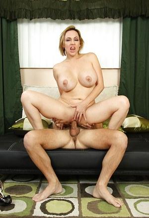 Женщина с крупными сосками любит когда кончают в дырку